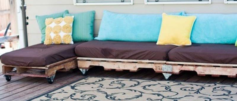 cheap and easy outdoor pallet seating on wheels